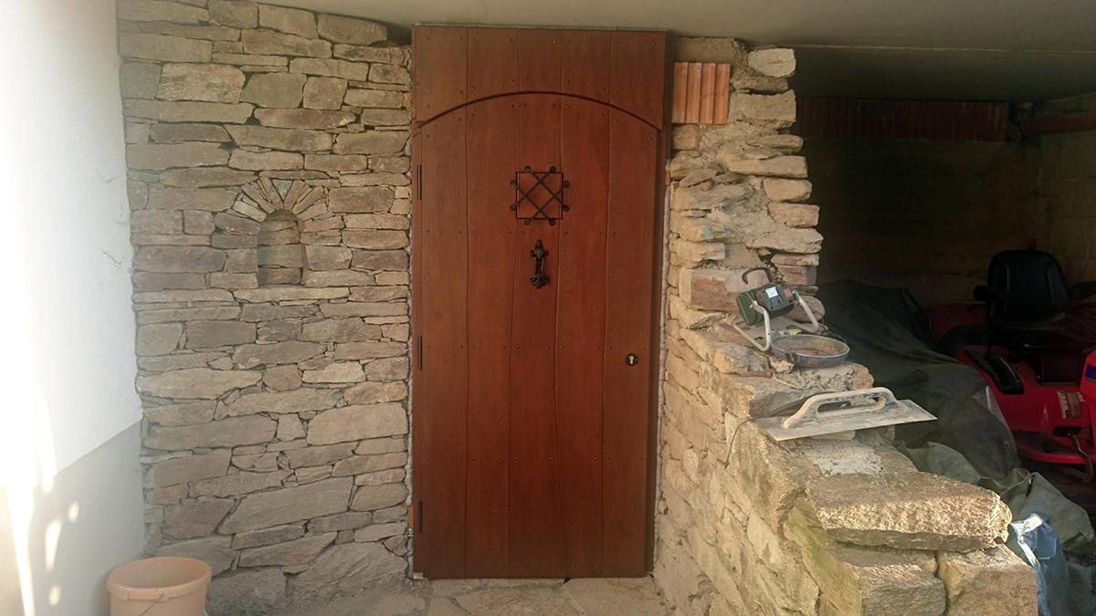 Eingangstür aus Massivholz mit Guckloch und Klopf-Mechanismus